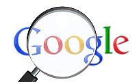 Eine Lupe, die das Google-Logo vergrößert